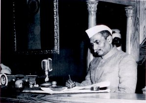 1950-01-62 Rajendra-Prasad ratifies constitution