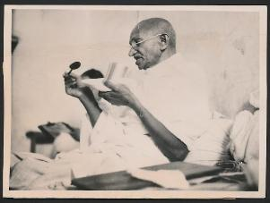 1939-03-03 Gandhi taking his last meal before the-start of his-fast